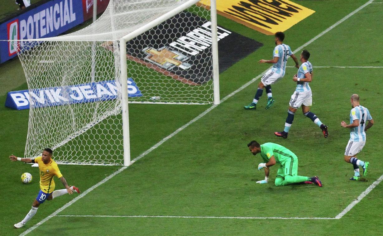 Форвард сборной Бразилии Неймар (слева) празднует гол в ворота сборной Аргентины