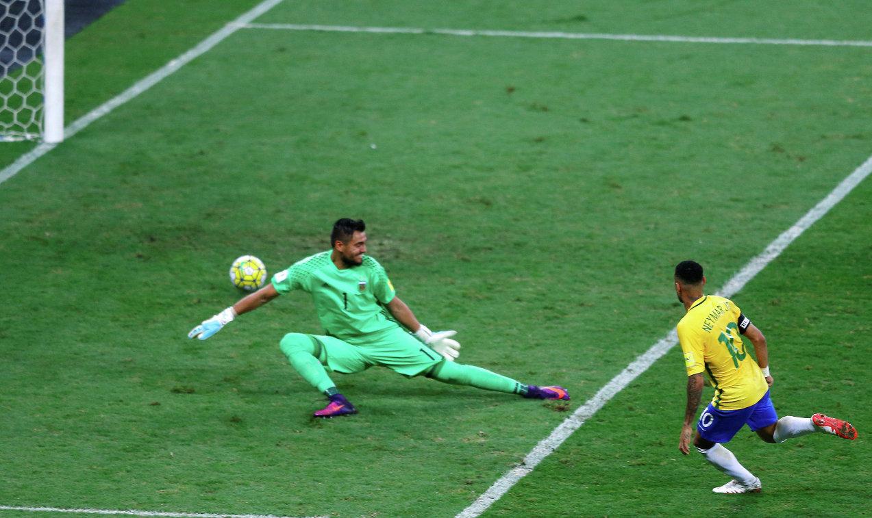 Форвард сборной Бразилии Неймар (справа) забивает гол в ворота голкипера сборной Аргентины Серхио Ромеро