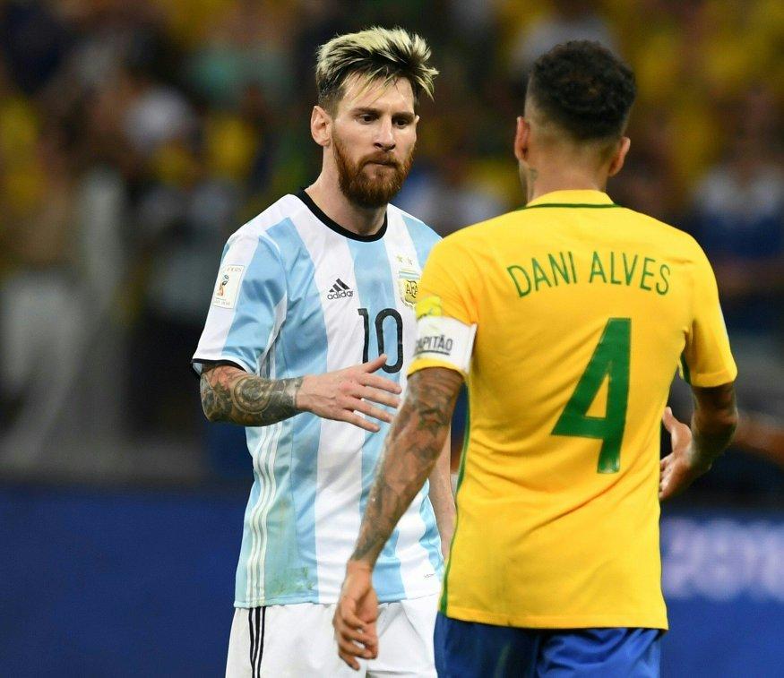 Нападающий сборной Аргентины Лионель Месси (слева) и защитник сборной Бразилии Дани Алвес