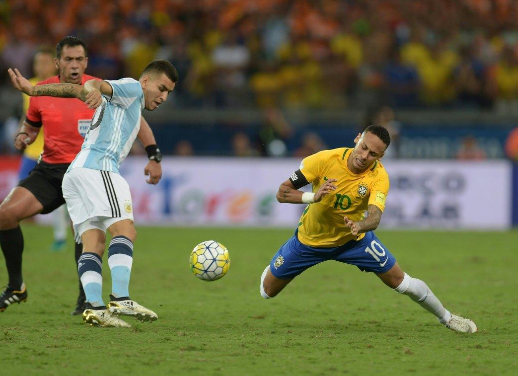 Нападающий сборной Бразилии Неймар (справа) и форвард сборной Аргентины Анхель Корреа