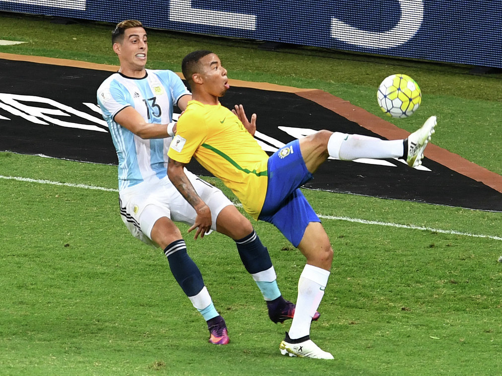 Нападающий сборной Бразилии Габриэль Хесус (справа) и защитник сборной Аргентины Рамиро Фуньес Мори
