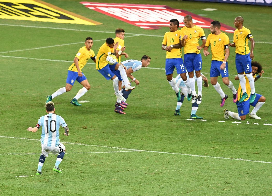 Нападающий сборной Аргентины Лионель Месси (слева) в матче со сборной Бразилии