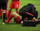 Нападающему сборной Польши по футболу Роберту Левандовскому (№9) оказывают помощь