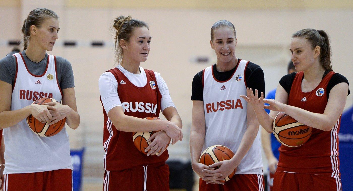 Баскетболистки женской сборной России  Наталья Виеру, Анастасия Логунова, Наталья Анойкина и Раиса Мусина (слева направо)