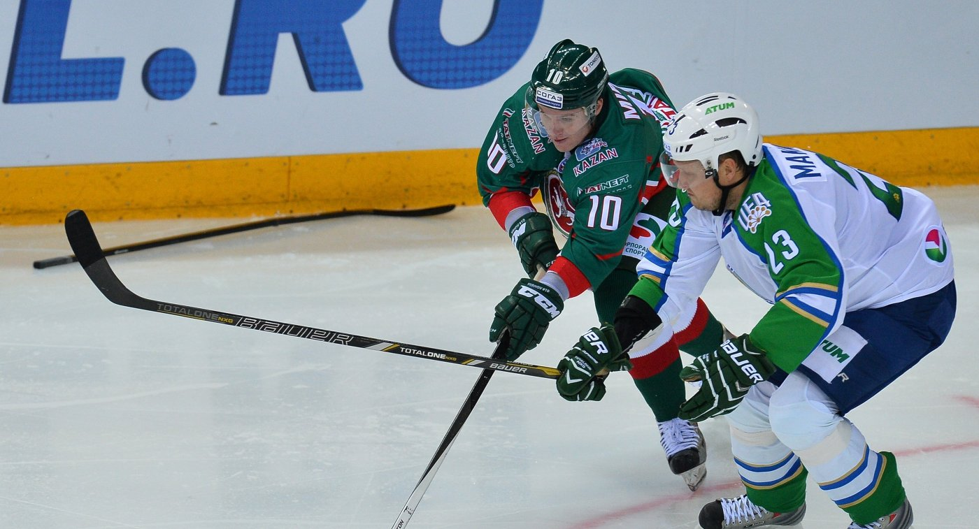 Форвард ХК Салават Юлаев Дмитрий Макаров (справа) и форвард ХК Ак Барс Игорь Мирнов