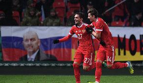 Полузащитник сборной России Магомед Оздоев (слева) и защитник Илья Кутепов