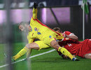 Нападающий сборной Румынии Флорин Андоне (слева) и защитник сборной России Андрей Семёнов
