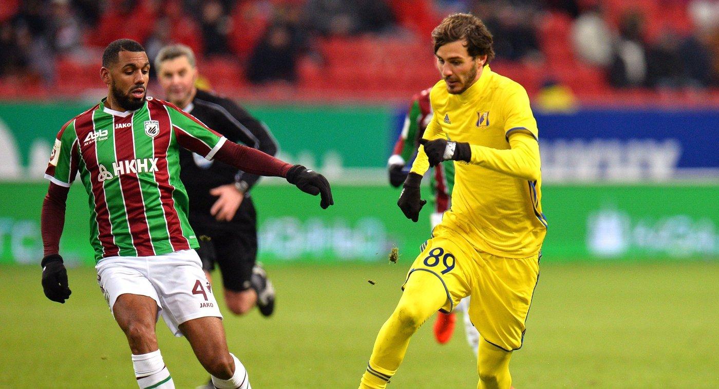 Хавбек Рубина Янн М'Вила (слева) и полузащитник Ростова Александр Ерохин.