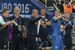 Полузащитник сборной Исландии Йоханн Гудмундссон и главные тренеры Хеймир Хадльгримссон и Ларс Лагербек (справа налево)