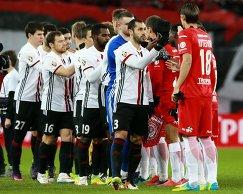 Футболисты Спартака и Амкара (слева) перед началом матча