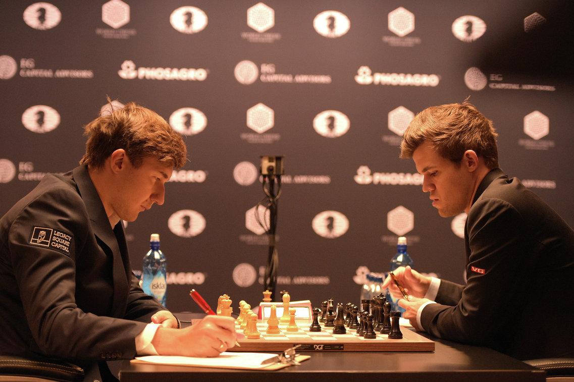 Магнус Карлсен и Сергей Карякин (справа налево)