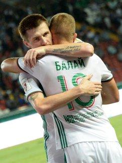 Футболисты Терека Олег Иванов (слева) и Беким Балай радуются забитому голу
