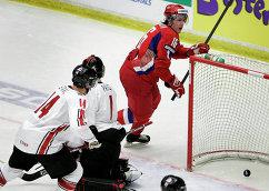 Форвард сборной России Андрей Кирюхин, вратарь сборной Канады Кэри Прайс и защитник сборной Канады Марк Стаал (слева направо) в финале МЧМ-2007