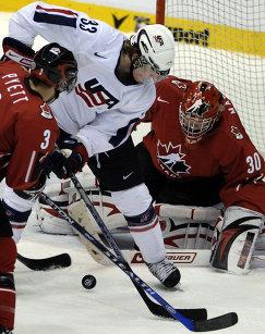 Голкипер сборной Канады Стив Мэйсон (справа) во время полуфинального матча МЧМ-2008 между сборными США и Канады