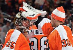 Голкиперы клуба НХЛ Филадельфия Флайерз Стив Мэйсон (слева) и Илья Брызгалов (2013 год)