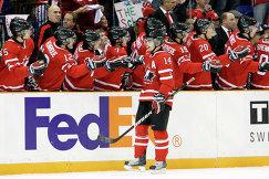 Форвард сборной Канады Джордан Эберле (на первом плане) радуется заброшенной шайбе в полуфинальном матче МЧМ-2010 против команды Швейцарии