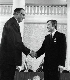 Президент ФИДЕ Макс Эйве (слева) поздравляет чемпиона мира по шахматам Анатолия Карпова (справа) (1975 год)