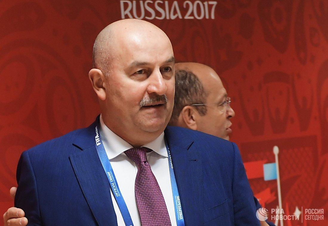 Главный тренер сборной России по футболу Станислав Черчесов (на первом плане)
