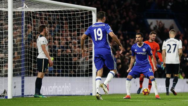 Футболисты Челси Диего Коста и Педро радуются забитому мячу