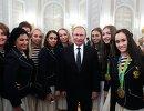Президент РФ Владимир Путин и члены сборной по художественной гимнастики на торжественном приеме в Кремле