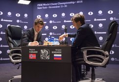 Гроссмейстер Магнус Карлсен и гроссмейстер Сергей Карякин (справа)