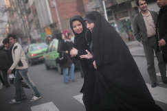 Жительницы Тегерана переходят улицу