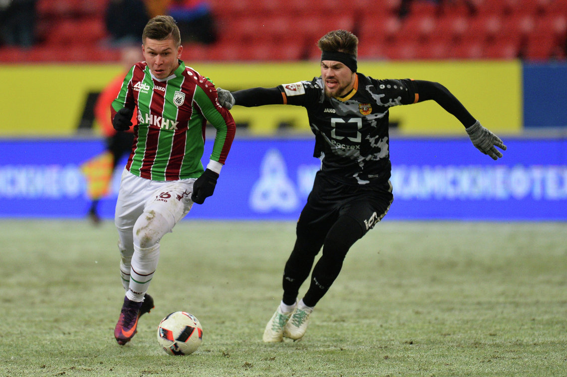 Нападающий Рубина Рифат Жемалетдинов (слева) и защитник Арсенала Максим Беляев