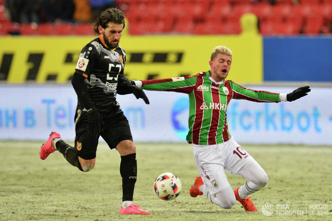 Защитник Арсенала Анри Хагуш (слева) и нападающий Рубина Максим Лестьенн
