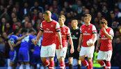 Футболисты Челси (на заднем плане) радуются забитому мячу в ворота Арсенала