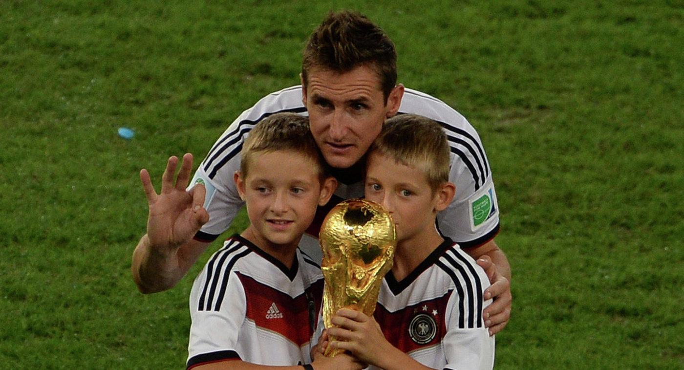 Форвард сборной Германии Мирослав Клозе с детьми после финального матча ЧМ-2014