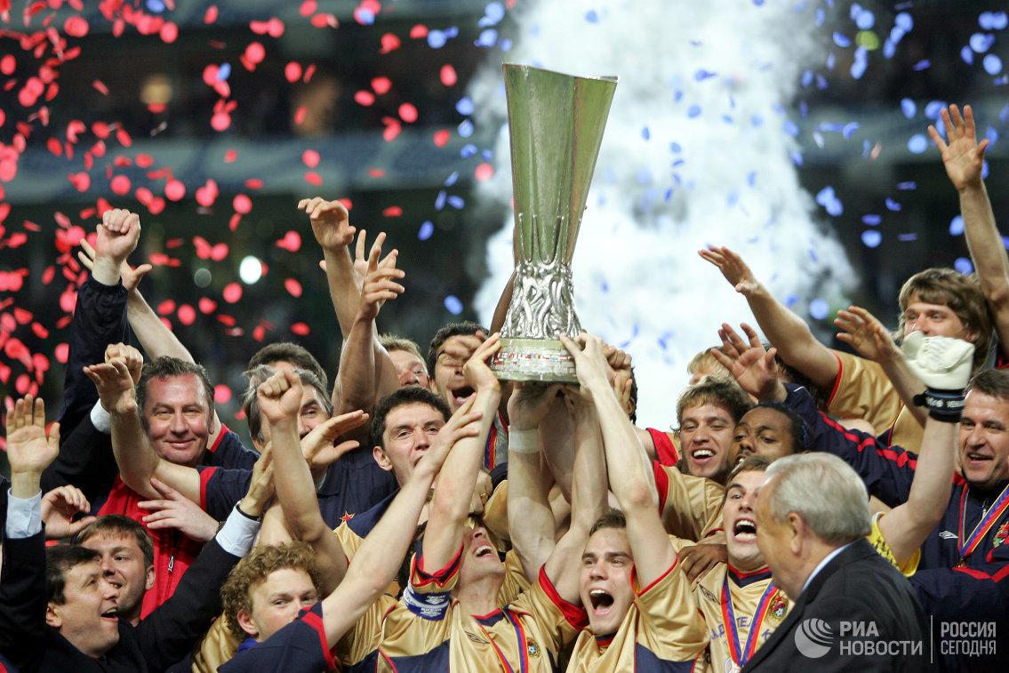 Футболисты ЦСКА поднимают над головой трофей за победу в Кубке УЕФА-2005