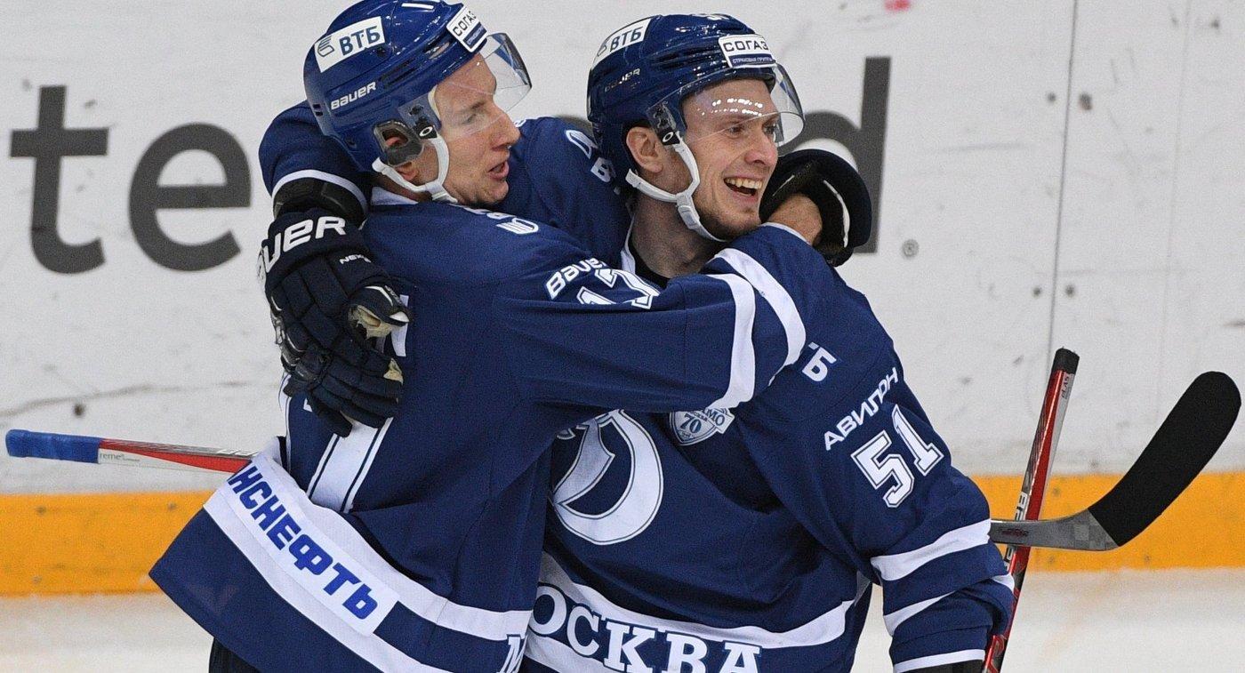 Хоккеисты Динамо Юусо Хиетанен (слева) и Артём Подшендялов