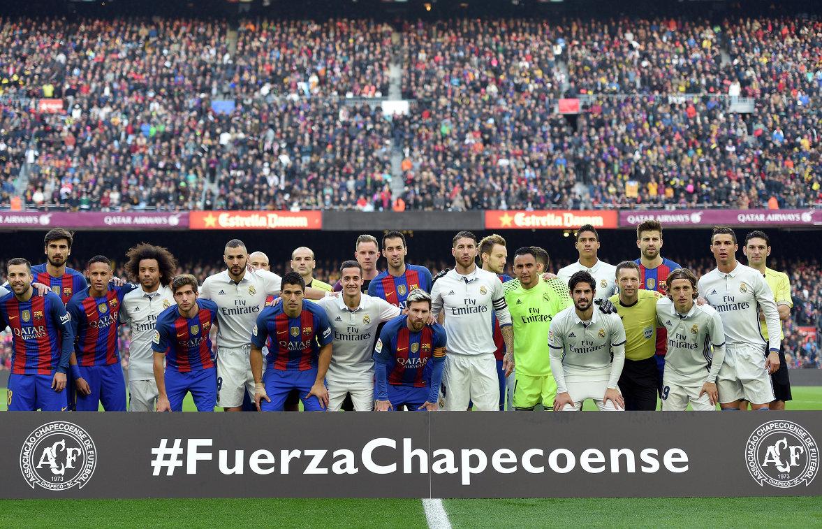 Футболисты Барселоны и мадридского Реала перед началом матча