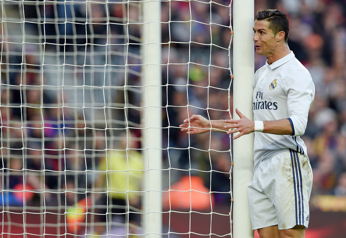 Нападающий мадридского Реала Криштиану Роналду после упущенного момента