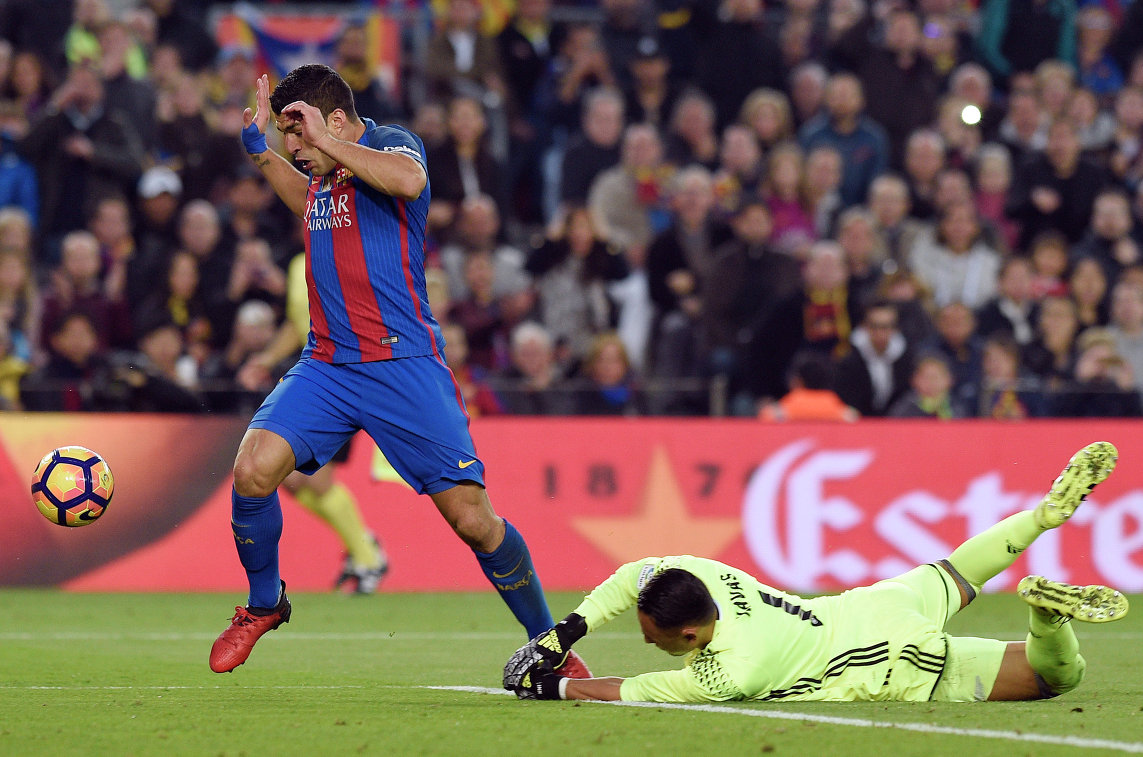 Нападающий Барселоны Луис Суарес и голкипер мадридского Реала Кейлор Навас (справа)