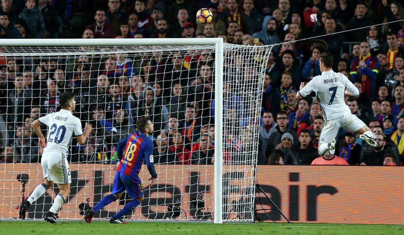 Полузащитник мадридского Реала Маркос Асенсио, защитник Барселоны Жорди Альба и нападающий мадридского Реала Криштиану Роналду (слева направо)