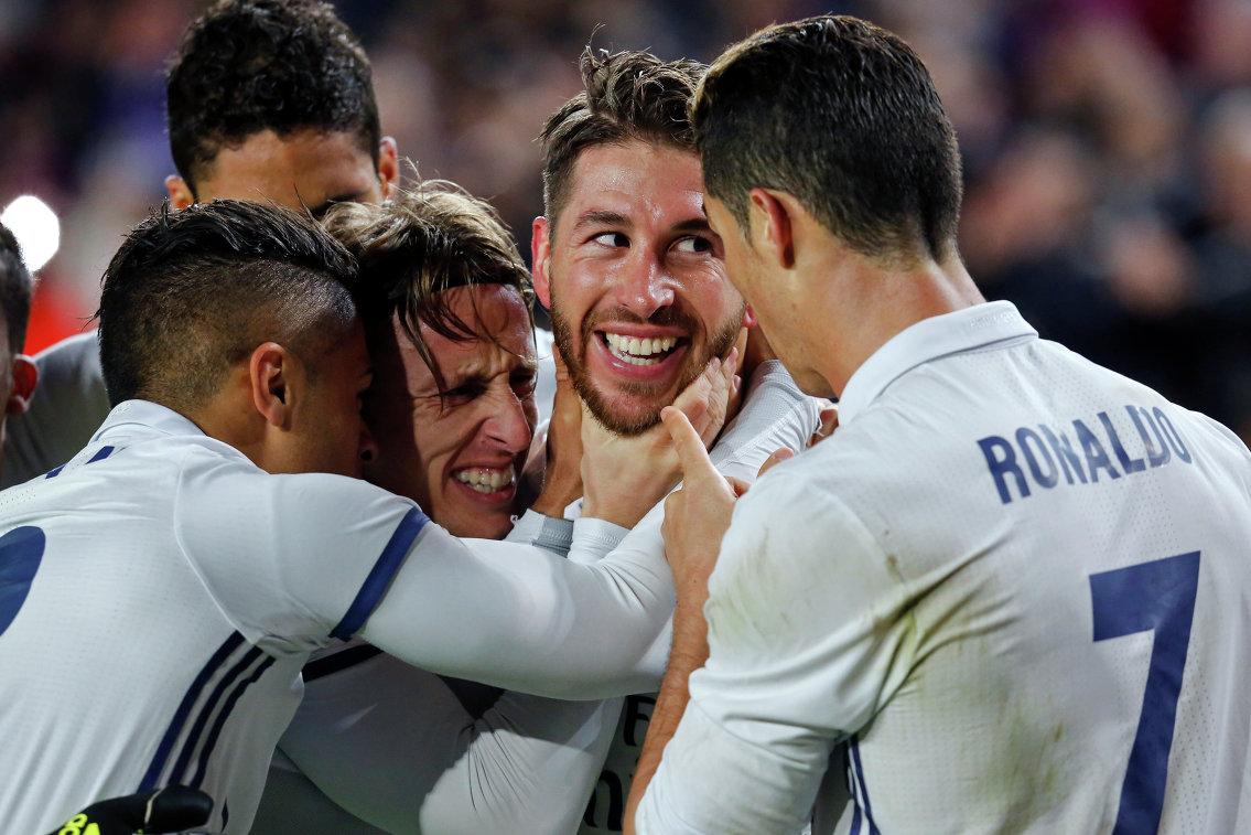 Футболисты мадридского Реала поздравляют Серхио Рамоса (в центре) с забитым мячом