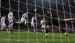 Защитник мадридского Реала Серхио Рамос (в центре) забивает мяч в ворота голкипер Барселоны Марка-Андре Тер Штегена