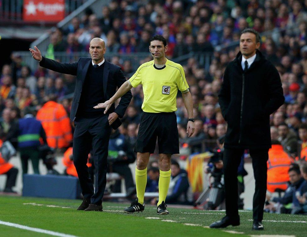 Главный тренер мадридского Реала Зинедин Зидан (слева) и главный тренер Барселоны Луис Энрике (справа)