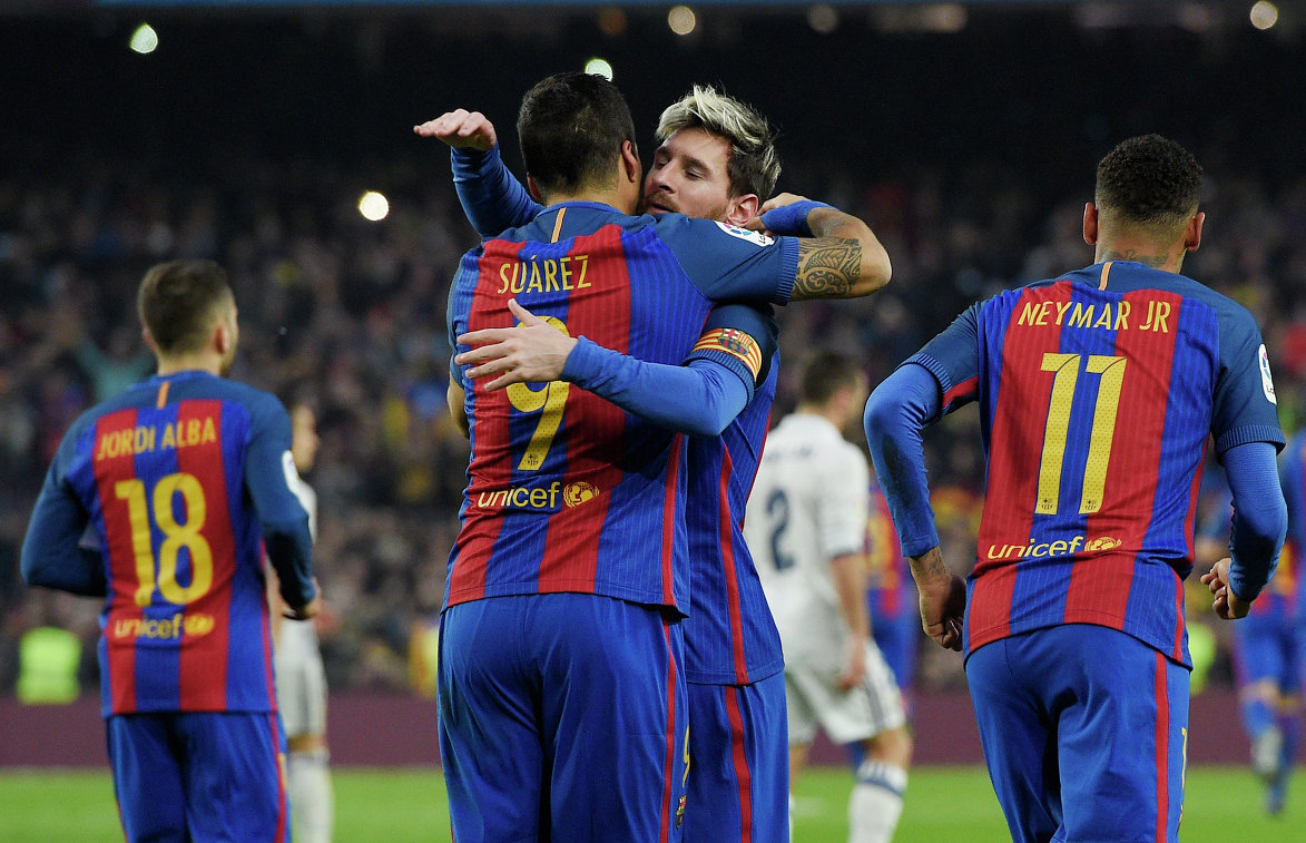 Футболисты Барселоны Луис Суарес, Лионель Месси и Неймар (слева направо) радуются забитому мячу