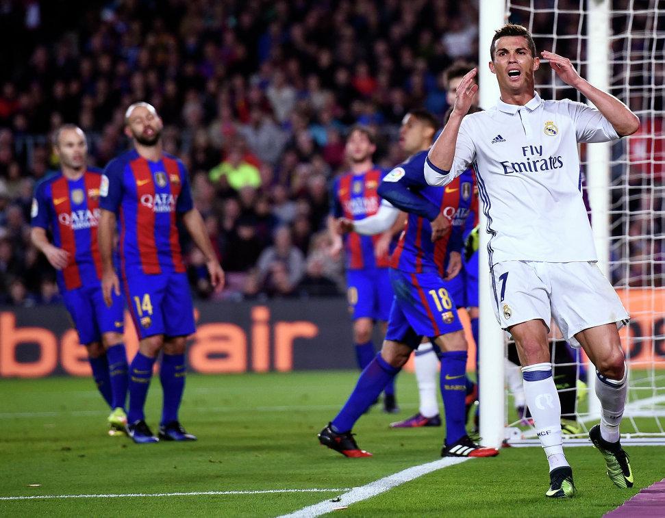 Нападающий мадридского Реала Криштиану Роналду (крайний справа) после упущенного момента