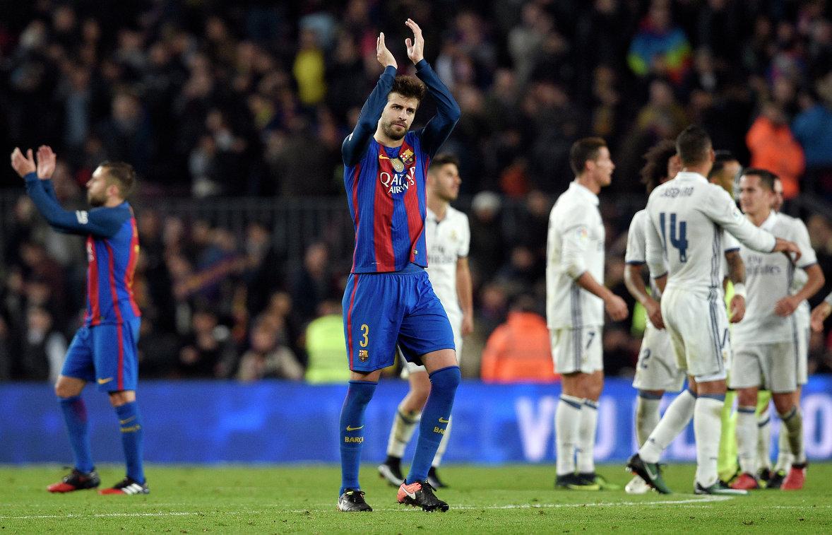 Защитник Барселоны Жерар Пике (в центре) после окончания матча против мадридского Реала