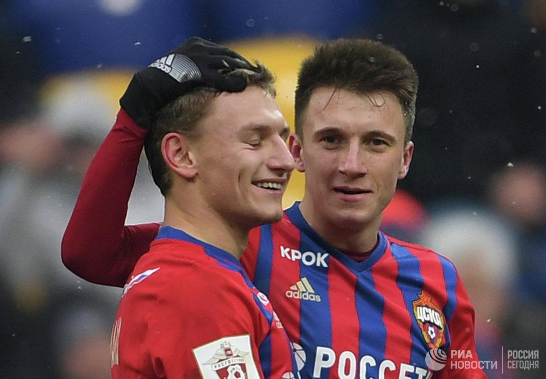 Футболисты ЦСКА Фёдор Чалов (слева) и Александр Головин