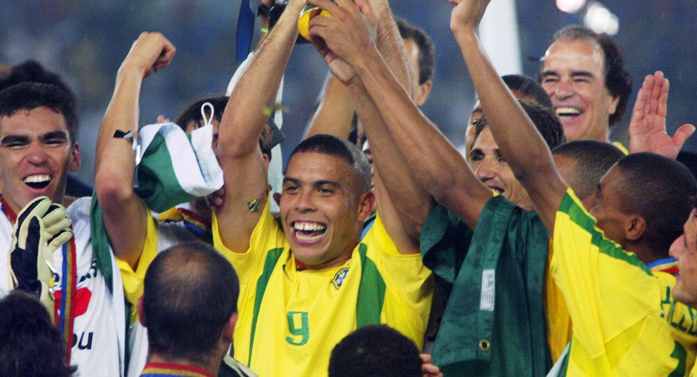 Форвард сборной Бразилии по футболу Роналдо (в центре) (2002 год)