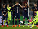 Нападающий Барселоны Лионель Месси исполняет штрафной удар в матче с ПСЖ