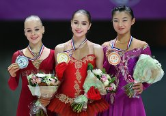 Анастасия Губанова (Россия), Алина Загитова (Россия) и Каори Сакамото (Япония) (слева направо)