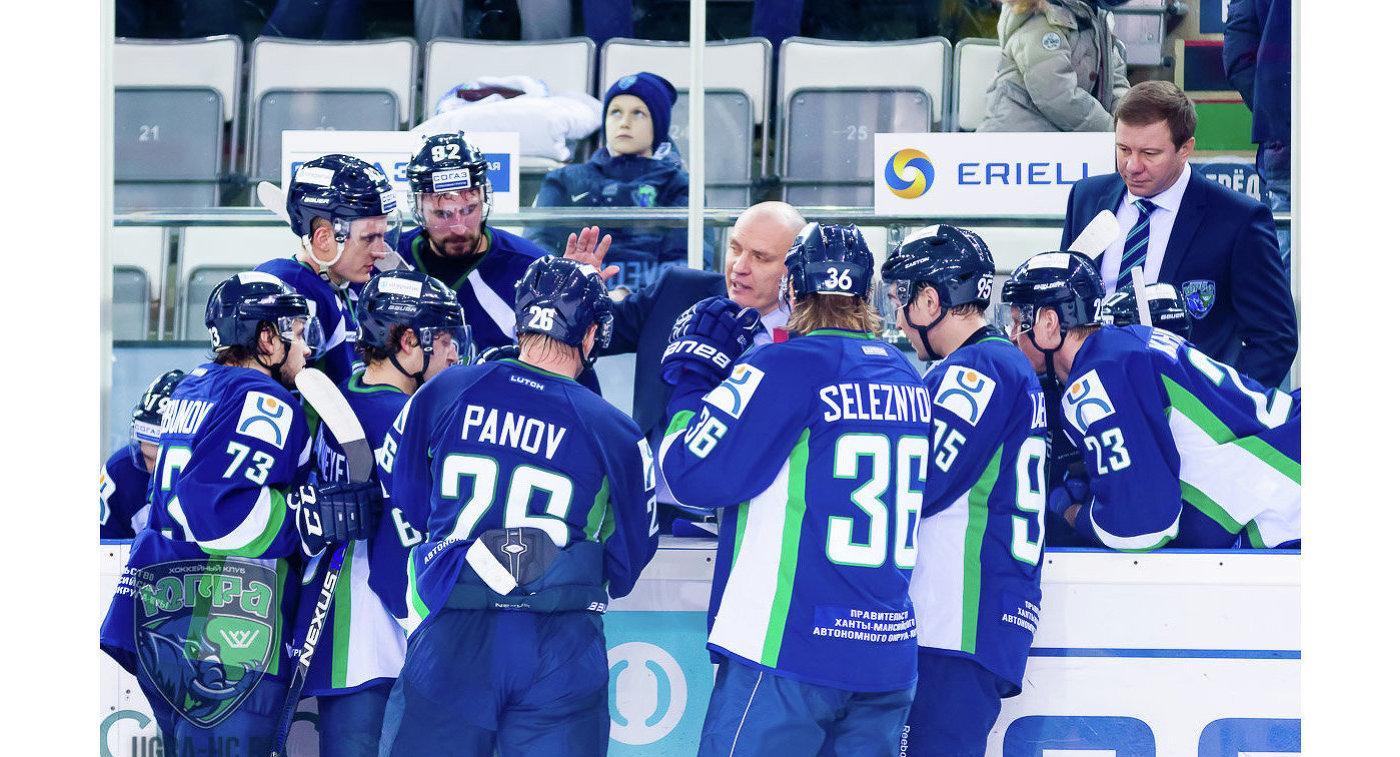 Хоккеисты Югры и главный тренер Андрей Разин (в центре)