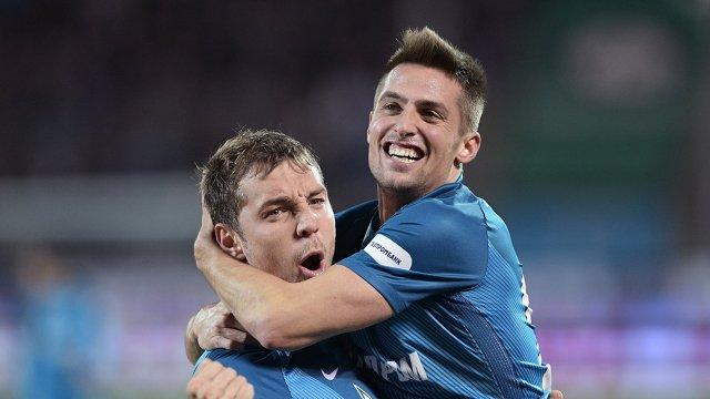 Футболисты Зенита Артем Дзюба (слева) и Роберт Мак радуются забитому голу