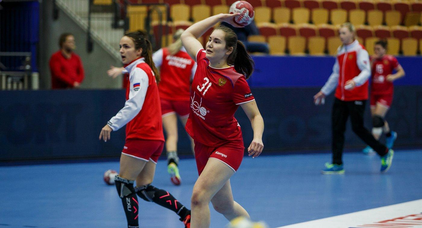 Одна из главных надежд сборной России по гандболу, собравшая в этом году россыпь титулов, 18-летняя Карина Сабирова (на первом плане)