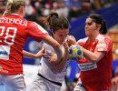 Игровой момент матча ЧЕ по гандболу среди женщин между командами России и Дании